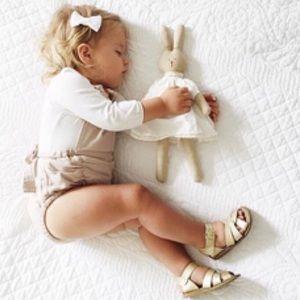 👧🏻NWT Salt Water sandals in gold